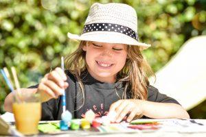 jolie apprentie peintre en action